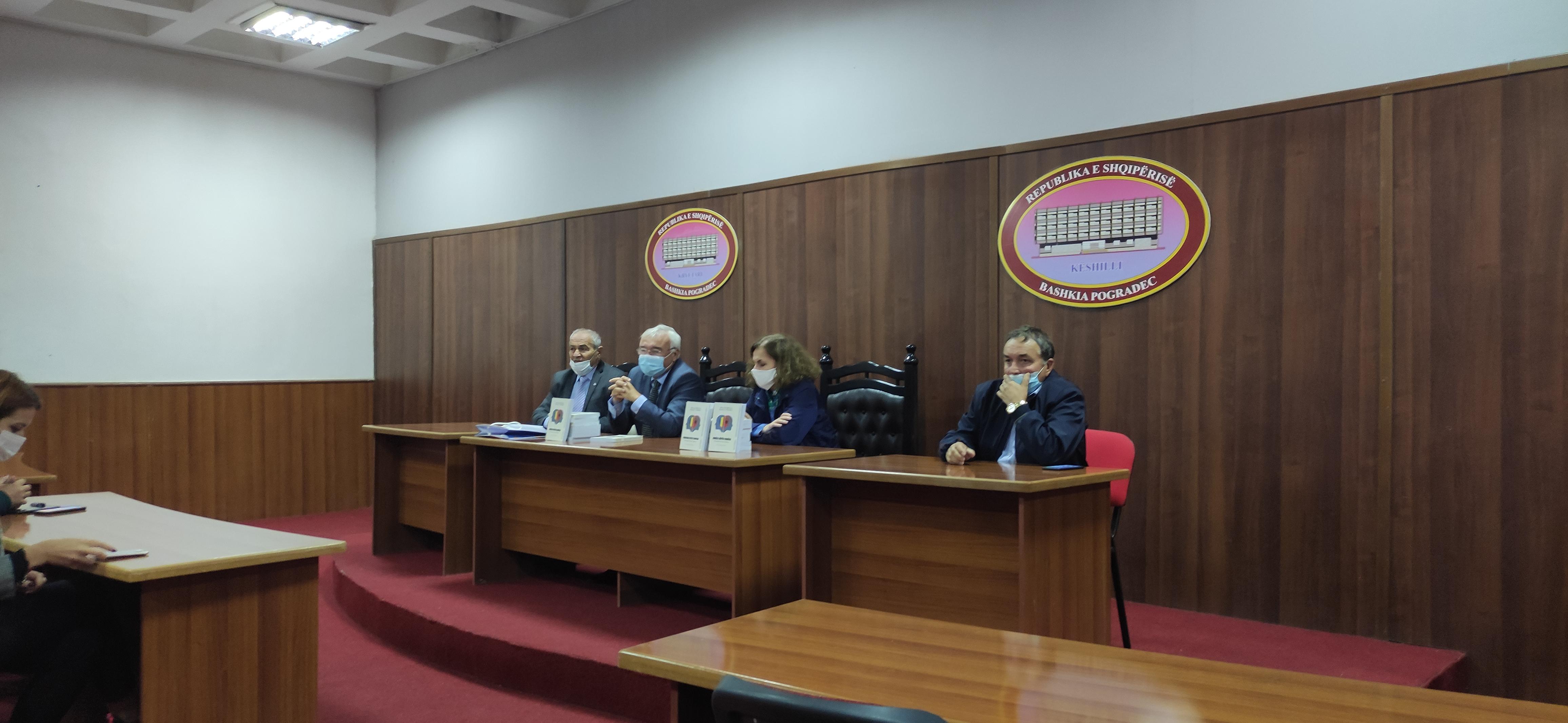Amabasadori Rumun viziton dhe promovon librin në Pogradec