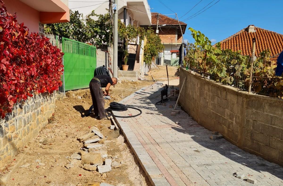 Kryetari i Bashkisë Ilir Xhakolli inspekton punimet për rikonstruksionin e lagjes