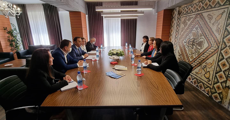 Ambasadorja Amerikane znj. Yuri Kim takon kryebashkiakun z. Ilir Xhakolli